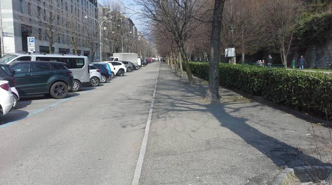 viale varese a como con auto e cartelli per fiera di pasqua