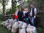 assessore negretti a sagnino con i volontari ripulita scuola don milani