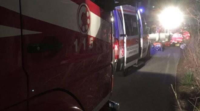 auto fuori strada notte via monte sinai oltrona san mamette pompieri