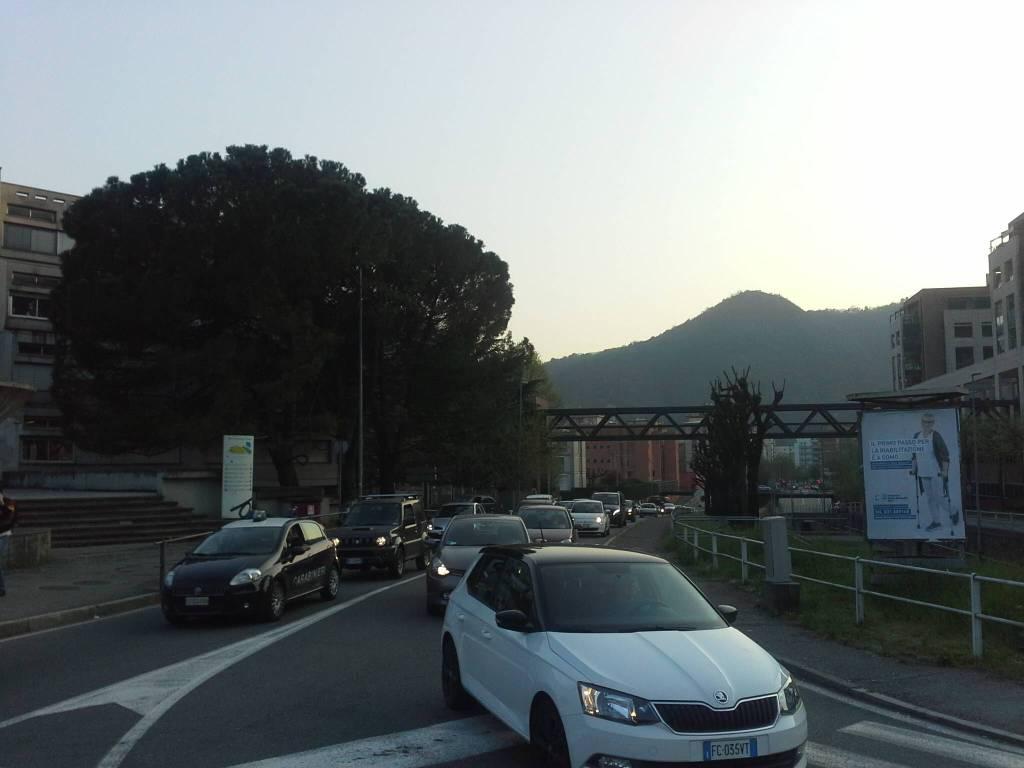 Camion perde gasolio sulla statale per Lecco, strada sporca e disagi