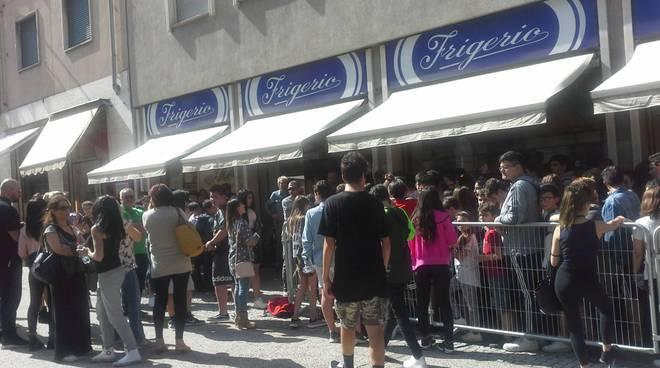 capo plaza a como frigerio dischi firma autografi fans
