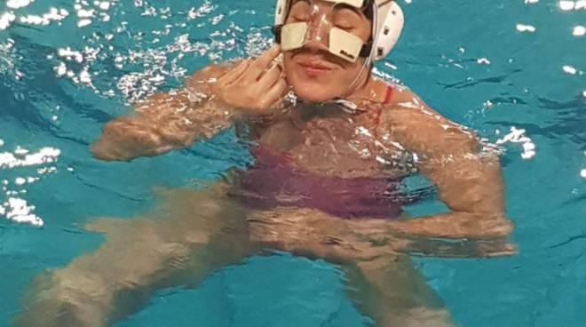 carla comba rane rosa comonuoto si allena con maschera al volto per frattura