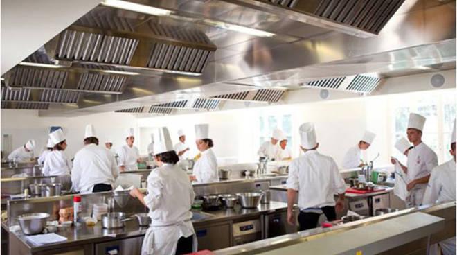 corso cucina italiana alma generica studenti ai fornelli