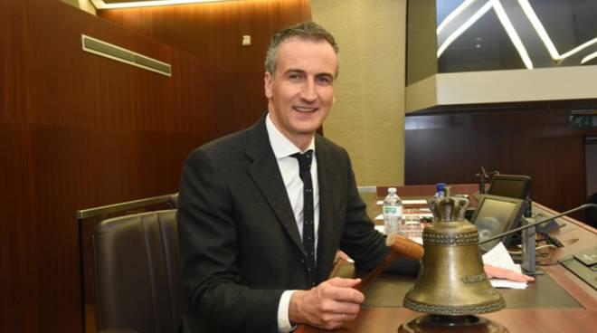 fermi presidente consiglio regionale sua foto in aula con campana