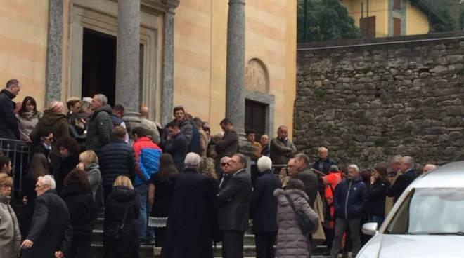 funerale maddalena dominioni chiesa di lezzeno, gente esterno e striscione