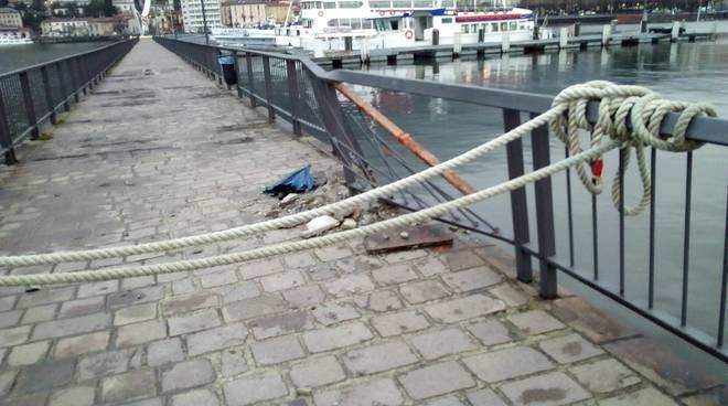 Il battello Bisbino contro pontile e diga foranea: che danni