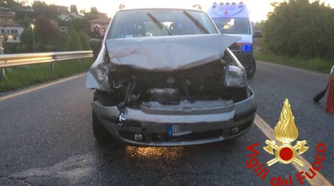 incidente albese viale lombardia scontro tra auto pompieri in posto