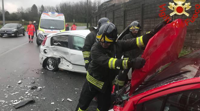 incidente cucciago scontro tra auto vetture distrutte