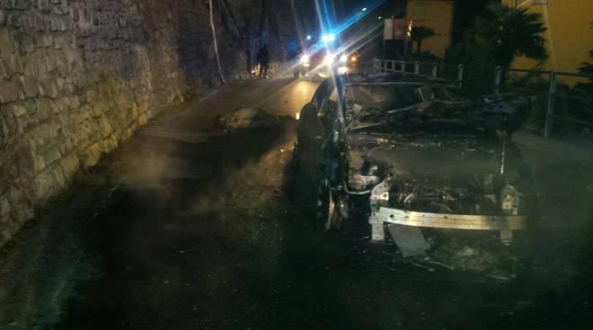 incidente notte valsolda, auto contro asini e poi si incendia