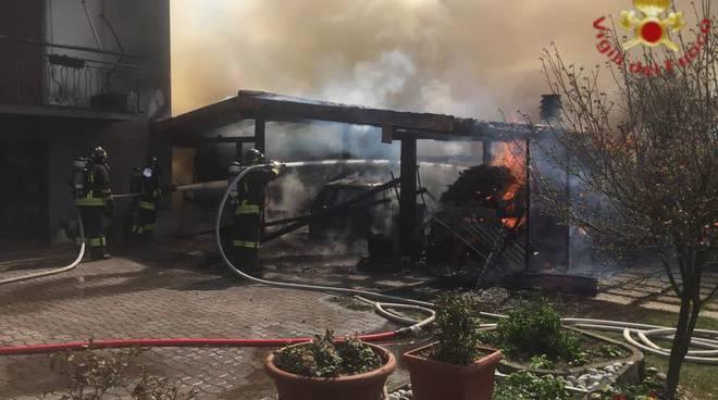 lipomo incendio baracca vicino alla casa in valbasca danni intervento pompieri