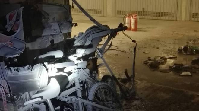 lomazzo incendio in un box via belvedere auto e bici danneggiate
