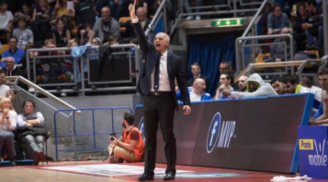 pallacanestro cantù vince a Bologna azioni e coach sodini