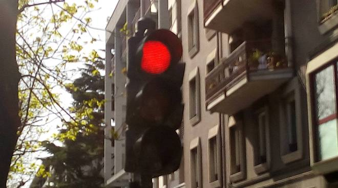 semaforo con foglia di marijuana sul verde viale varese como