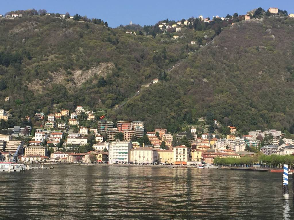 Splendida giornata di sole sul lago: battelli, code in gelaterie e bar