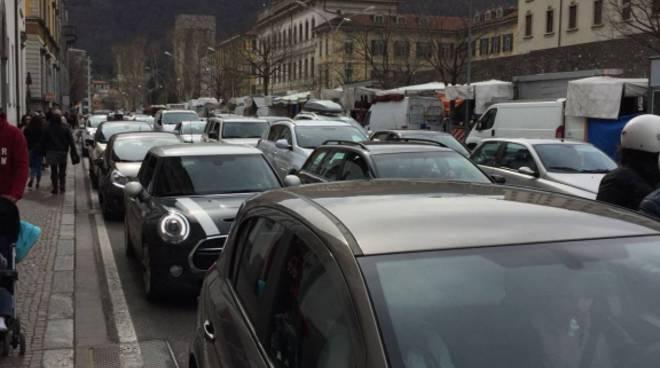 strade di como pasquetta delirio traffico divieto di sosta