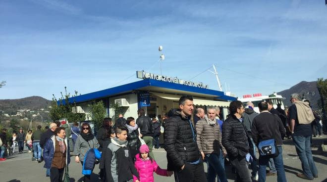 turisti e battelli piani oggi sul lago di Como, pienone