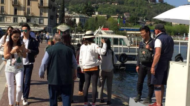 Un assalto a Como in questo sabato di metà aprile: migliaia in giro
