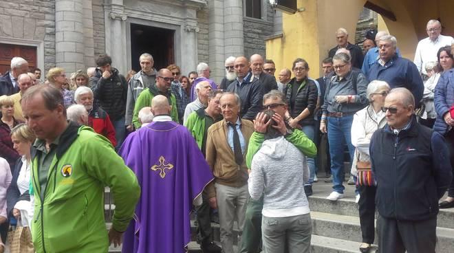 A Moltrasio il funerale dell'alpinista morto cadendo in Valle d'Aosta: tanta gente