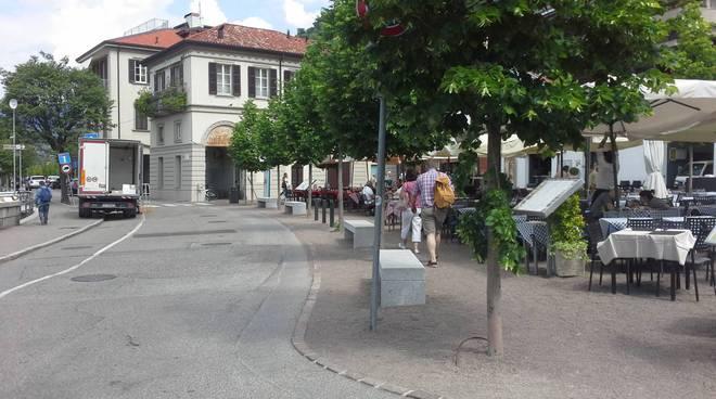 Coprifuoco in piazza De Gasperi, proteste ed apprensione per il futuro