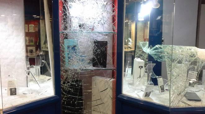 furto centro tim di via milano a como negozio devastato