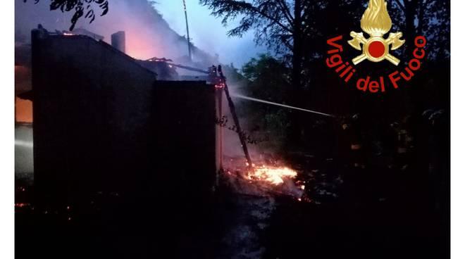 incendio abitazione dismessa a caslino d'erba pompieri in azione
