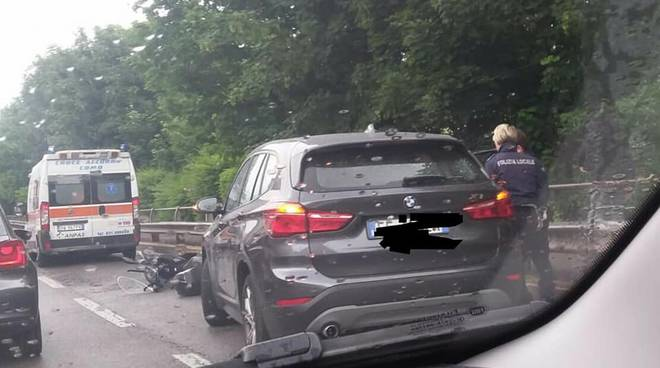 incidente napoleona traffico e code auto contro scooter
