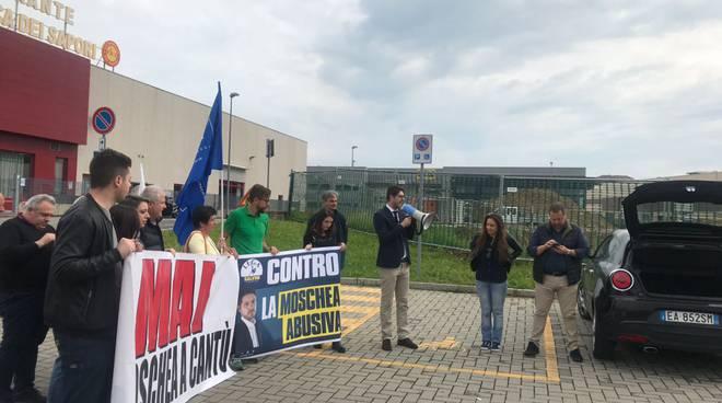 la protesta della Lega in via Milano a Cantù contro edificio per ramadan via milano