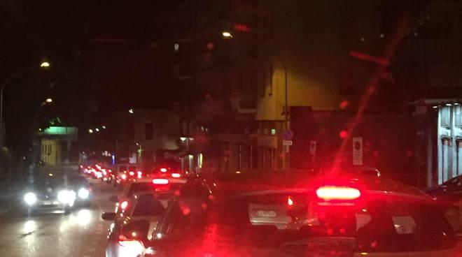 lavori via borgovico como serali per asfalto traffico e code
