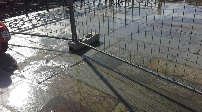 livello lago di como vicino al tasell, acqua già sul marciapiede
