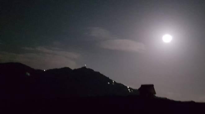 luna sopra il lago di como scatto lettrice di ciaocomo