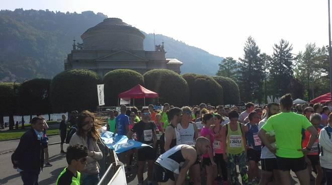 mezza maratona di como la partenza dal tempio voltiano ed il vincitore