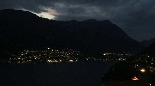 nuvole in cielo annunciano forte temporale in centro lago