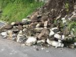 smottamento sulla strada provinciale tra argegno e schignano, sassi e detriti su strada