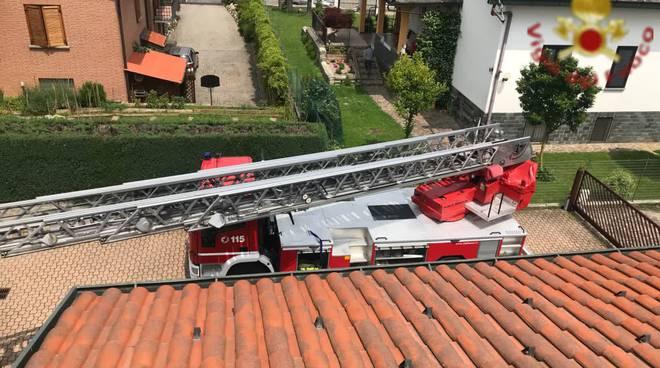 soccorso pompieri paziente bloccato in casa secondo piano recupero con barella autoscala