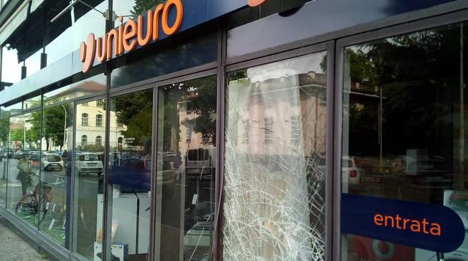 Spaccata notturna viale lecco negozio unieuro vetrata danneggiata