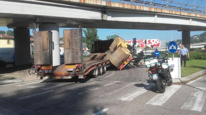 tavernola, caduta sciacciasassi dal rimorchio traffico nel caos
