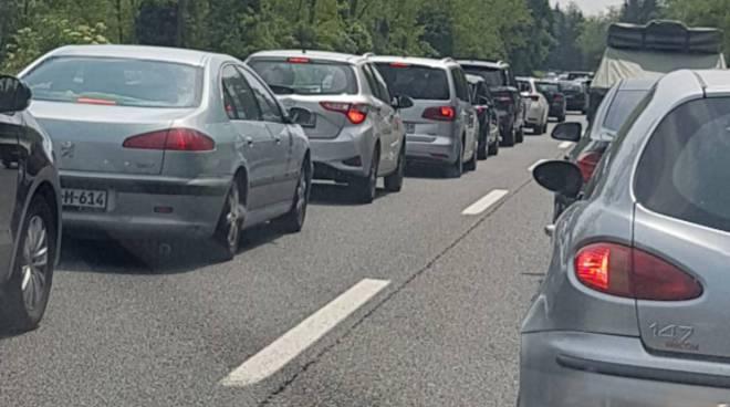 traffico e coda su autolaghi a9 verso milano da monte olimpino