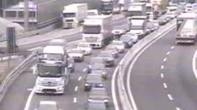 traffico su autostrada camion ed auto verso la svizzera dopo pentecoste