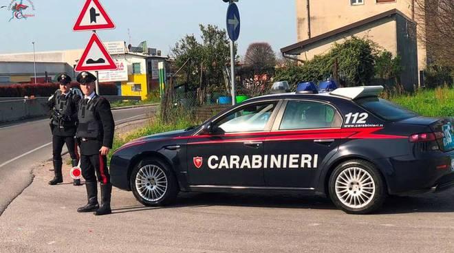 auto carabinieri di cantù posto di blocco in strada generico