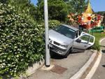 auto fuori strada a san fermo e poi in bilico sul marciapiede