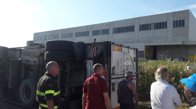 camion ribaltato a turate in strada pieno di carne intervento pompieri