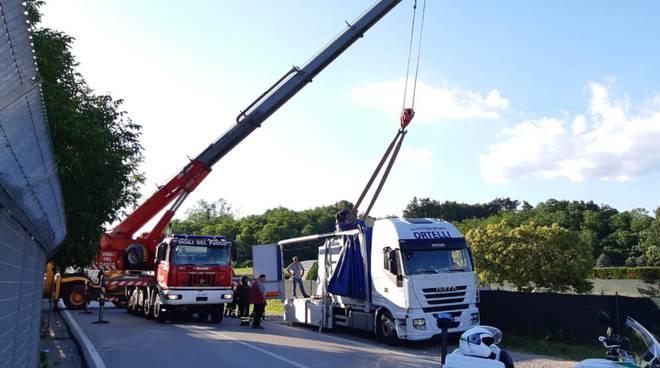 camion rimorchio perde lastre di marmo a cucciago via per navedano