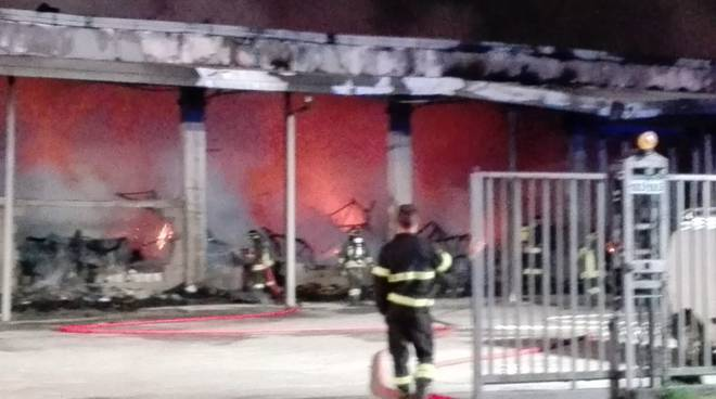 Devastante incendio nella notte a Carugo a due capannoni