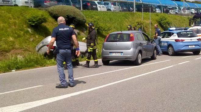 incidente auto albavilla, fuori strada scappando dalla polizia