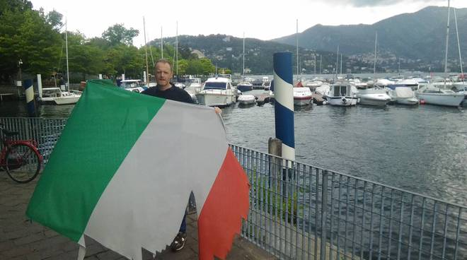 rapinese sostituisce la bandiera sul lungolago di como a sua spese