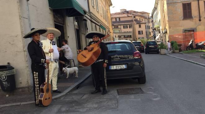 tre musicisti messicani in piazza sant'agostino prima di esibirsi chitarre e tromba