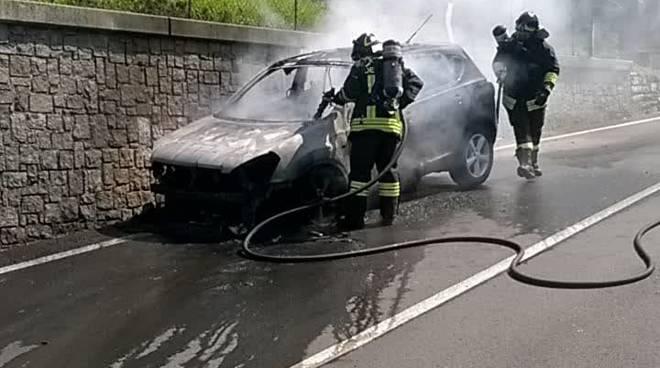 auto in fiamme a grandola incendio vettura