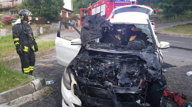auto incendiata a tavernola, pompieri spengono il rogo