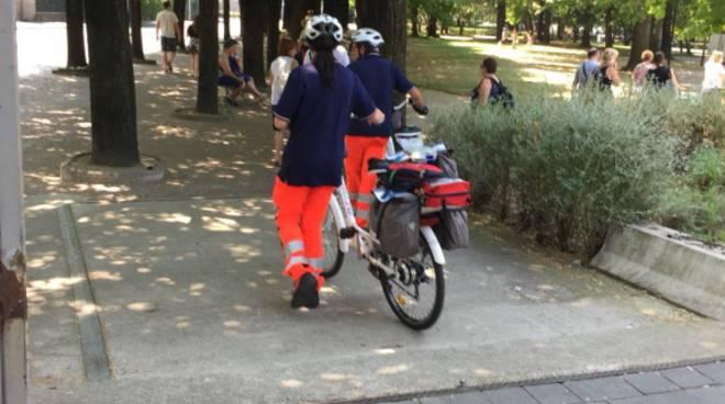 bici soccorso a como, pronto intervento dei volontari croce azzurra