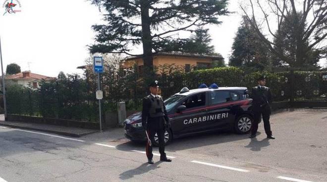 carabinieri di lurate caccivio arresto per violenza a casa auto militari